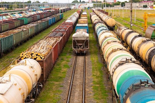 Tanques con combustible, vagones con carga en una estación de ferrocarril de carga. concepto de logística y transporte.