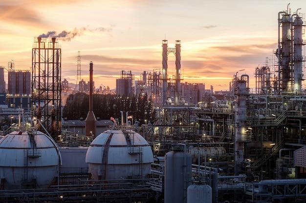 Tanques de esfera de almacenamiento de gas en la industria petroquímica o planta de refinería de petróleo y gas en la noche