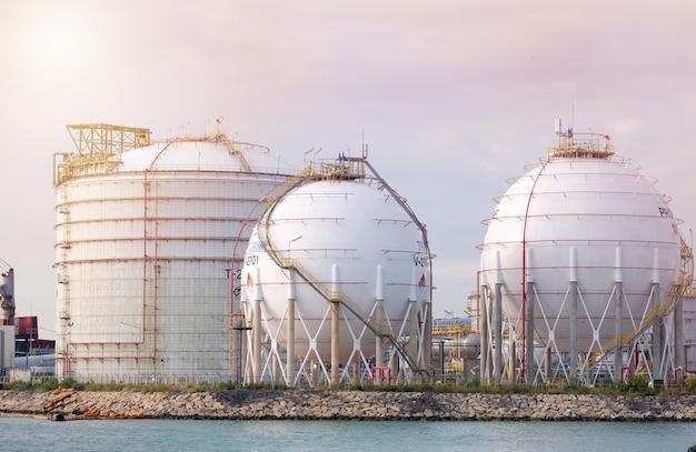 Tanques de petróleo en el puerto de tailandia