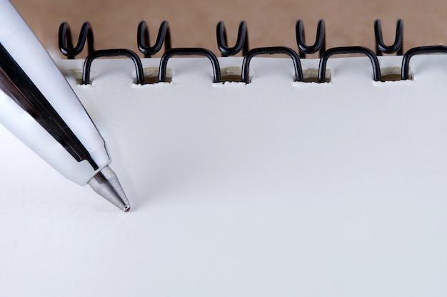 Tapa de cuaderno con papel reciclado en mesa de madera, copia espacio para texto