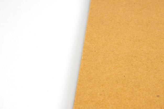 Tapa dura de cartón en blanco sobre papel blanco