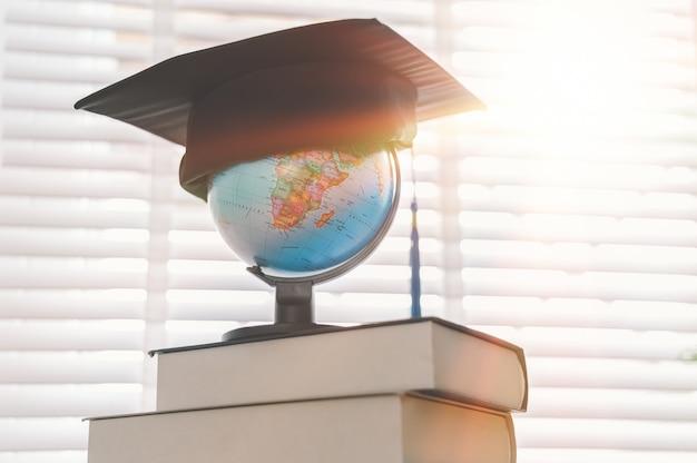 Tapa de graduación en la cima del globo