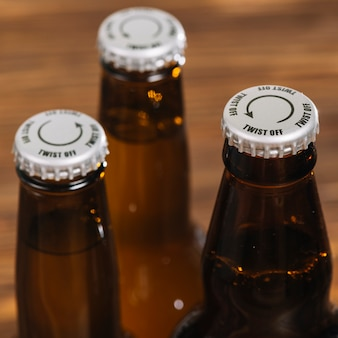Tapa de plata en botella de cerveza