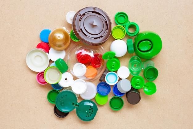 Tapas de botellas de plástico de colores y tapa de vidrio de plástico.