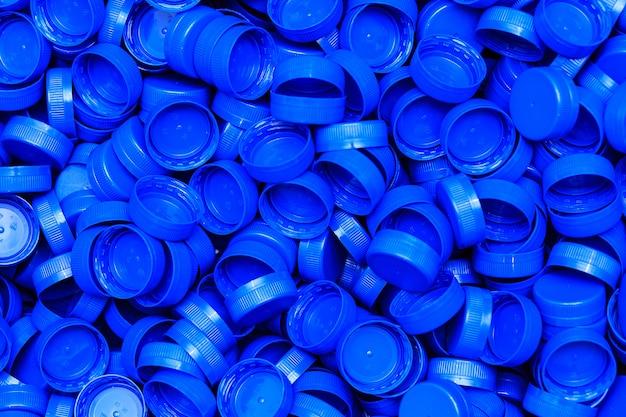 Tapas de plástico talladas en azul para obstruir los recipientes de plástico.