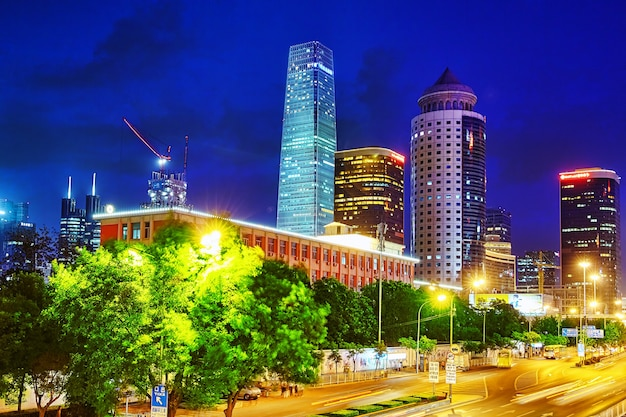 Tarde, barrio comercial moderno de beijing de noche. beijing. porcelana