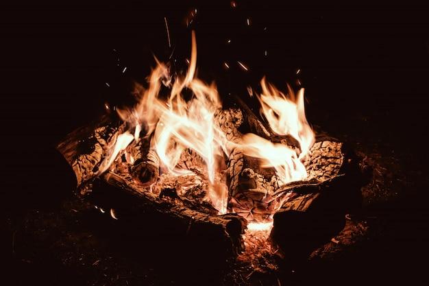Tarde de fogata. campamento de fuego en el campamento turístico nocturno.