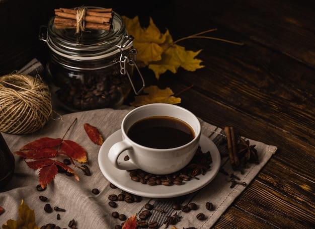Tarde de otoño con taza de café.