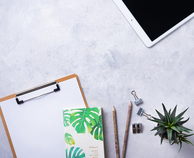 Tarea. business flat lay con nota, lápiz, tableta y cucculent, sobre fondo blanco beton