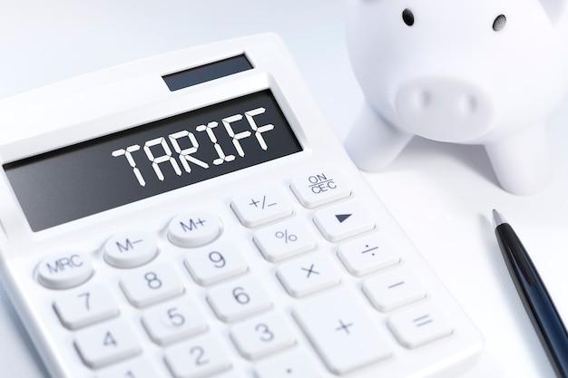 Tarifa palabra en calculadora. concepto de negocio sobre fondo blanco. vista superior.