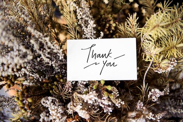 Tarjeta de agradecimiento con flores invernales.