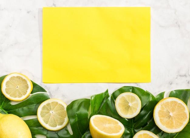 Tarjeta amarilla vacía con limones