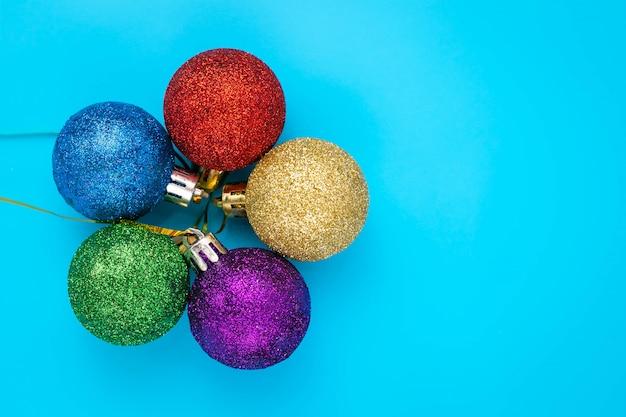 Tarjeta de año nuevo con bolas de colores brillantes.