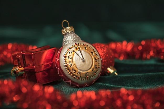 Tarjeta de año nuevo reloj de juguete de navidad y adornos