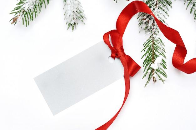 Tarjeta de árbol de navidad aislado sobre fondo blanco.