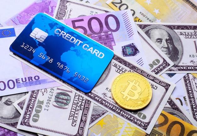 Tarjeta bancaria de crédito y bitcoin en el contexto del dólar y el euro