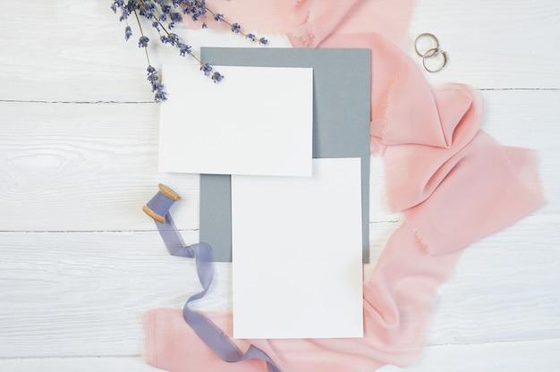 Tarjeta blanca en blanco con dos anillos de boda