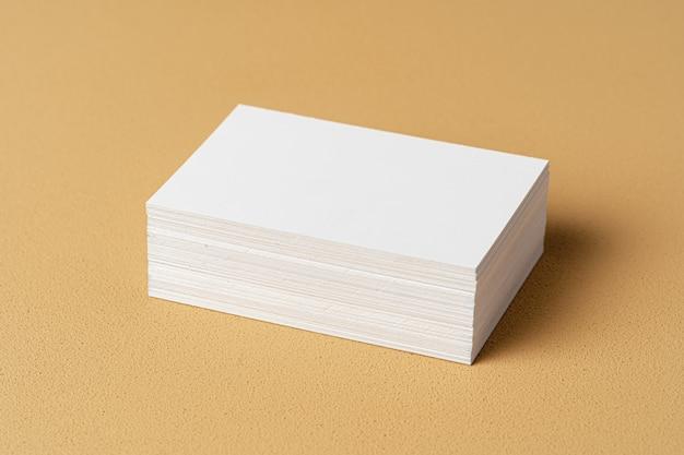 Tarjeta blanca en blanco con espacio de copia