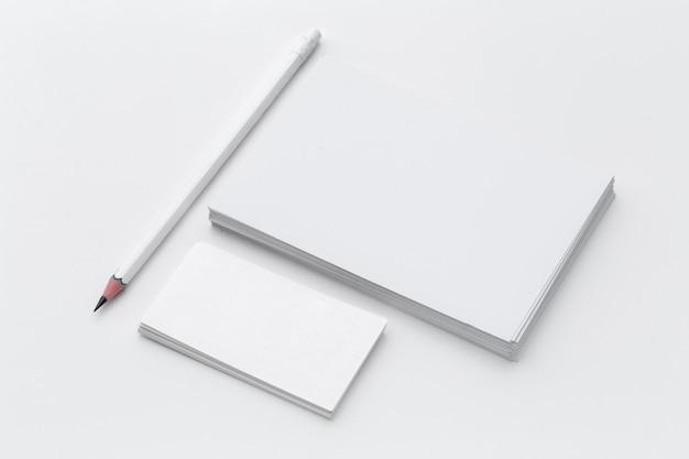 Tarjeta blanca en blanco. mesa de oficina escritorio con lápiz. vista superior y espacio de copia