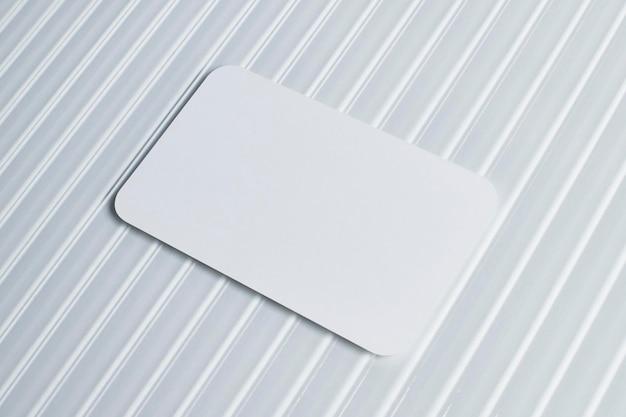 Tarjeta blanca en blanco sobre vidrio patrón