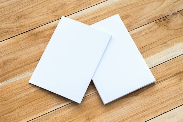 Tarjeta blanca en la mesa