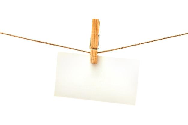 Tarjeta blanca con pinza de ropa aislado