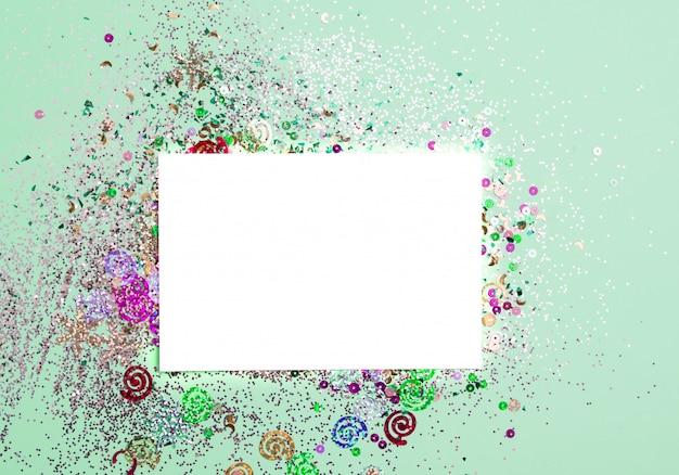 Tarjeta blanca para postales e inscripciones con fondo de menta con destellos.