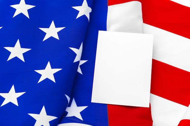 Tarjeta en blanco con bandera americana
