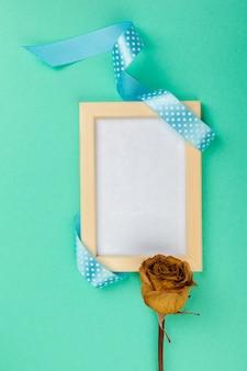 Tarjeta en blanco con cinta