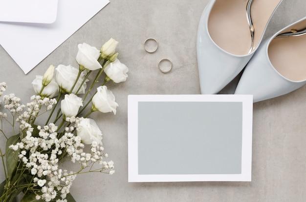 Tarjeta en blanco con elegantes tacones altos