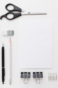 Tarjeta en blanco con herramientas artesanales