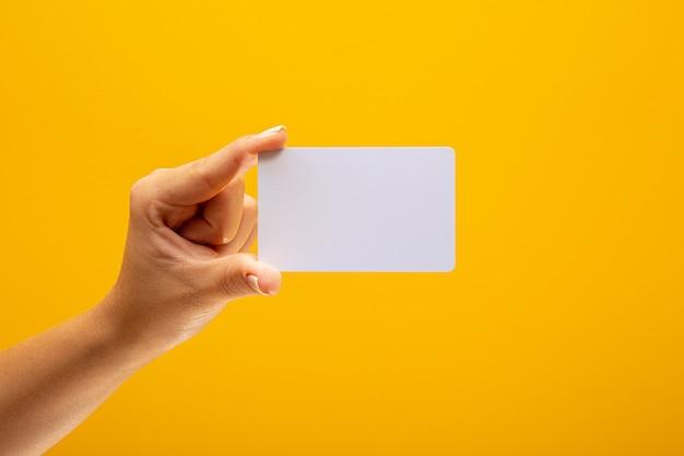 Tarjeta en blanco en mano femenina