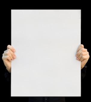 Una tarjeta en blanco en una mano sobre el blanco.
