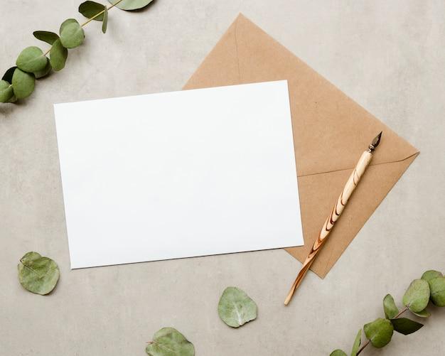 Tarjeta en blanco con pluma estilográfica