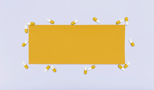 Tarjeta en blanco rodeada de cápsulas