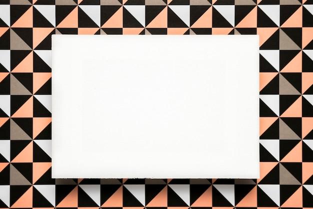 Tarjeta en blanco sobre fondo estampado