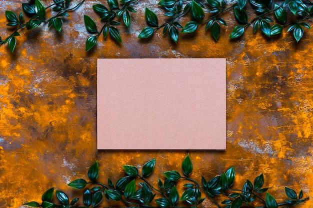 Tarjeta en blanco sobre mesa de madera envejecida