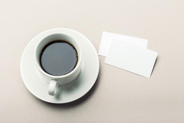 Tarjeta en blanco con taza de café con espacio