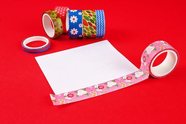 Tarjeta de bricolaje feliz cumpleaños. regalo en una tarjeta postal escocesa