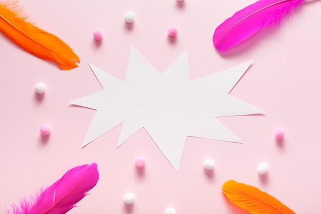 Tarjeta de burbujas de discurso vacío con bolas de algodón y plumas
