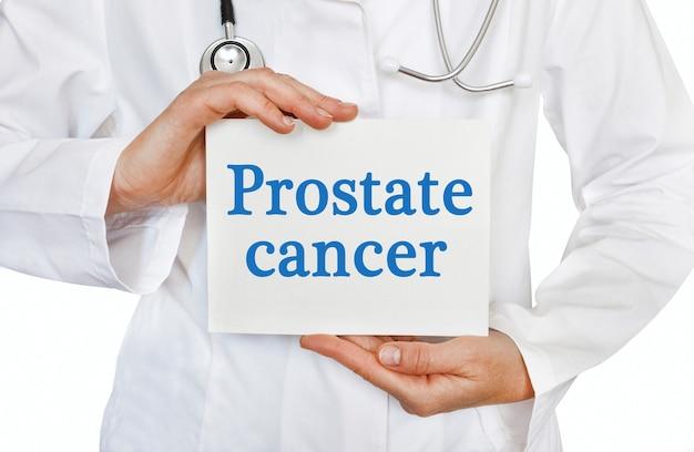 Tarjeta de cáncer de próstata en manos del médico