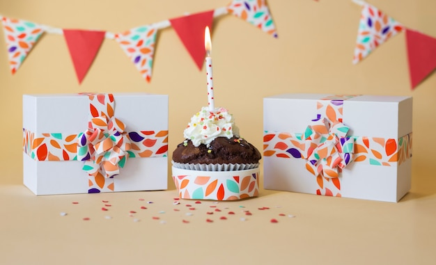 Tarjeta de celebración con pastel y velas y regalos