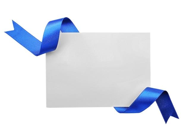Tarjeta con cinta de raso azul oscuro aislado en blanco