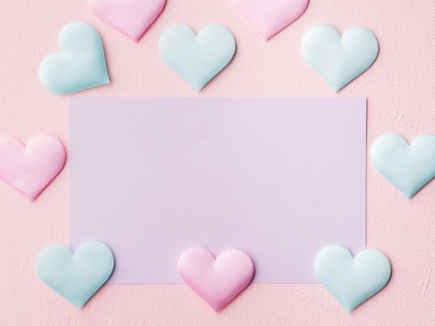 Tarjeta en colores pastel púrpura y corazones en rosa con textura