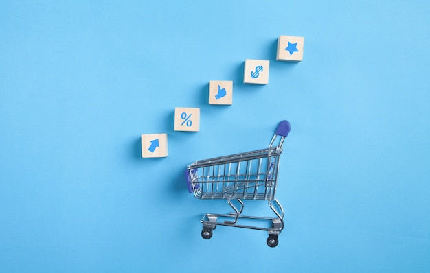 Tarjeta de compras. símbolos comerciales en cubos de madera.