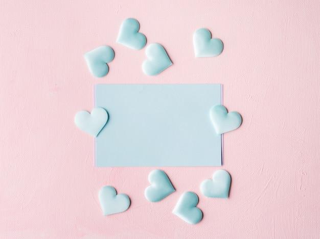 Tarjeta de corazones verde pastel en rosa texturado