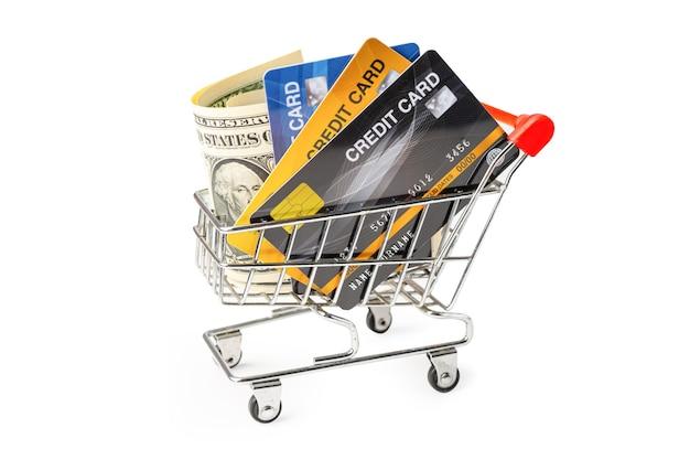 Tarjeta de crédito y billetes de dólar estadounidense en carrito de compras aislado sobre fondo blanco.