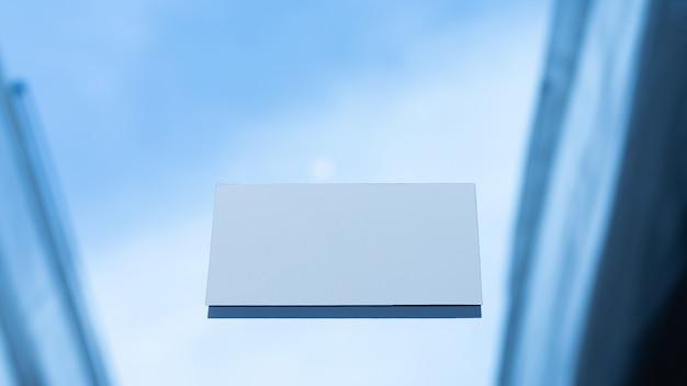 Tarjeta de crédito blanca en blanco o tarjeta de presentación en la mesa, maqueta.
