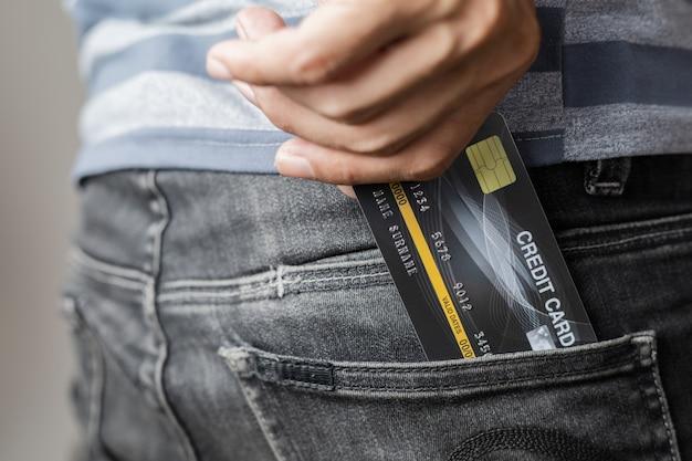 Tarjeta de credito en bolsillo