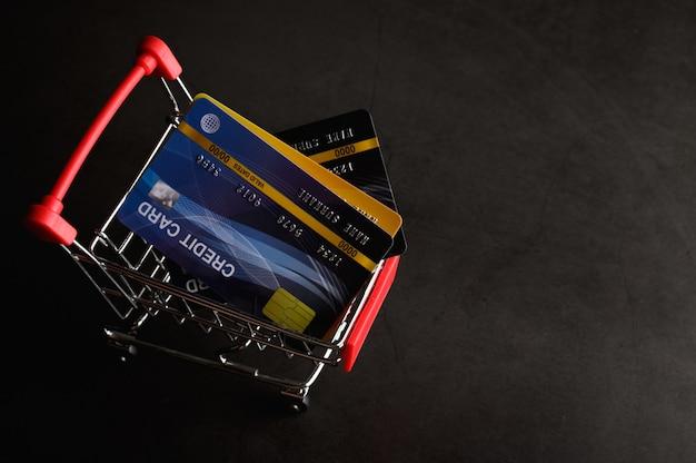 Tarjeta de crédito colocada en el carrito para pagar el producto.